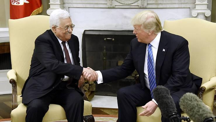 US-Präsident Trump (r.) hat sich die Lösung des Konflikts zwischen Israelis und Palästinensern auf die Fahnen geschrieben. Gegenüber Palästinenserpräsident Abbas bot er sich als Vermittler an.