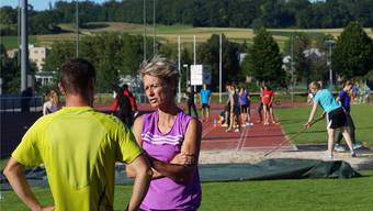 Irène Heinrich bespricht sich beim Training auf der Niedermatten mit dem Dottiker Fünfkämpfer Sascha Friedetzky.