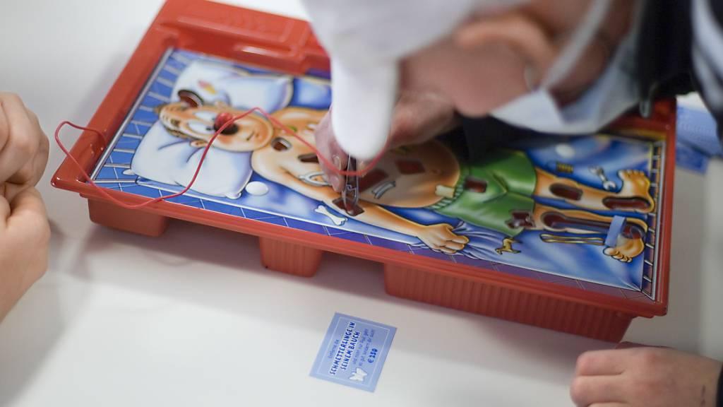 Das Parlament will erwerbstätigen Eltern einen Betreuungsurlaub von bis zu 14 Wochen gewähren, wenn ihre Kinder schwerkrank sind. (Symbolbild)