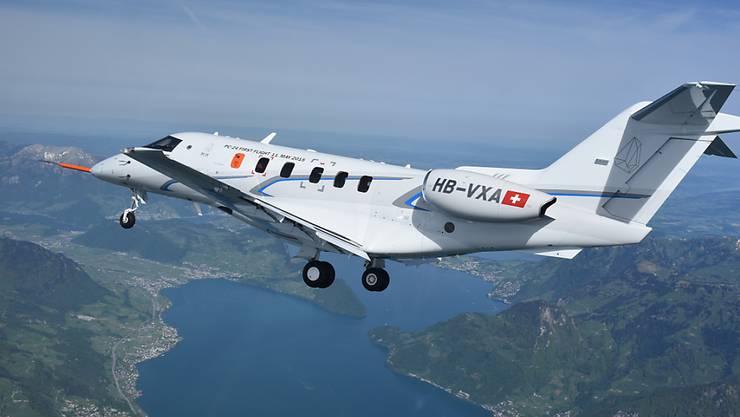 Der Jet PC-24 der Pilatus Flugzeugwerke bei seinem Erstflug über dem Vierwaldstättersee im Jahr 2015. Nun haben die Luftfahrtbehörden das Flugzeug zertifiziert. (Archiv)