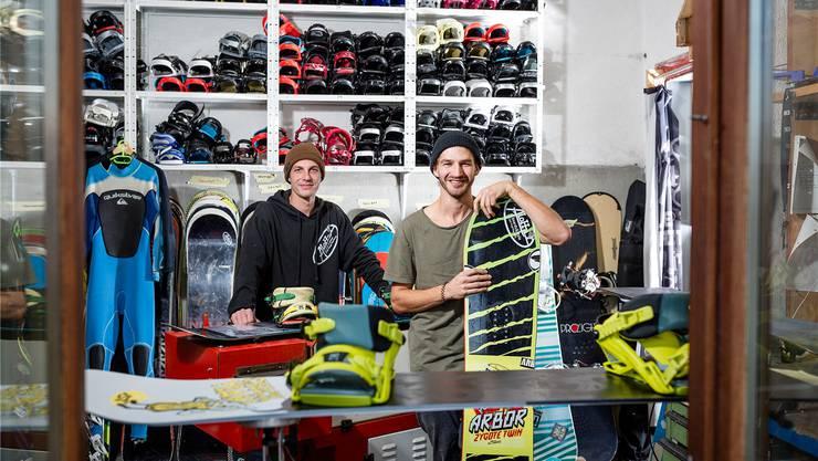 Sandro Schibli (l.) und Denis Cremer führen neu das Ski- und Snowboardgeschäft Aloha in Vogelsang. Sandra Ardizzone