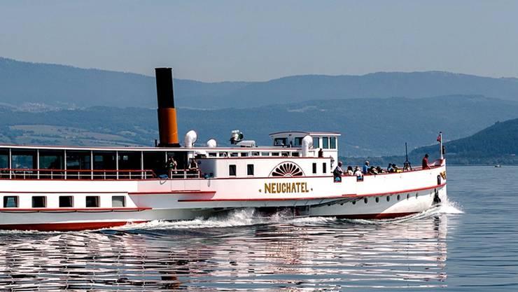 Ein Bild des DS «Neuchâtel» unterwegs auf dem Neuenburgersee in Richtung Bielersee anlässlich der Generalversammlung des Vereins «Trivapor».