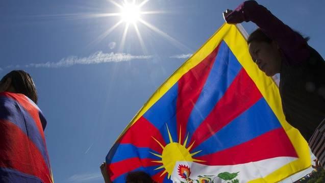 Tibeter demonstrieren vor dem UNO-Gebäude in Genf gegen die Unterdrückung durch China. (Archiv)