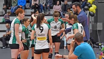 Trainer Daniel Rocamora (links daneben Laura Sirucek) gibt den Schönenwerderinnen beim Derby gegen den VBC Gerlafingen Anweisungen.