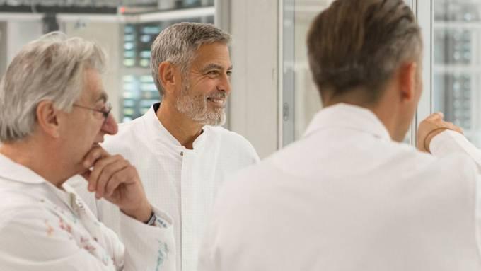 Glanzvoller Besuch bei Omega in Biel: George Clooney hat selbst miterlebt, wie und wo jene Uhren hergestellt werden, für die er als Markenbotschafter wirbt und für die er sich offenbar auch privat begeistert.