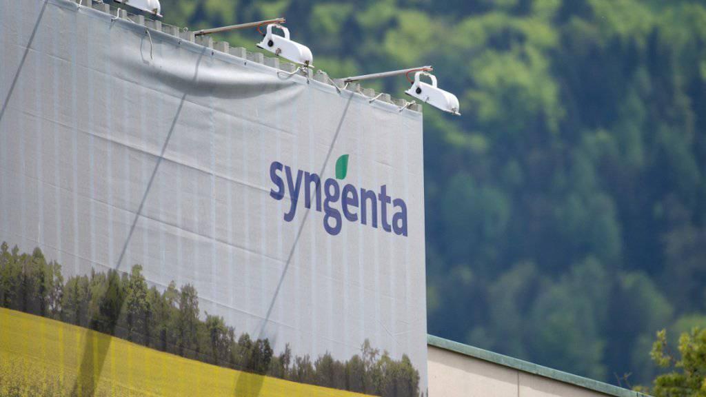 Syngenta-Logo an der Fabrik in Monthey: Die Spekulationen um eine Übernahme des Schweizer Unternehmens reissen nicht ab. (Archivbild)
