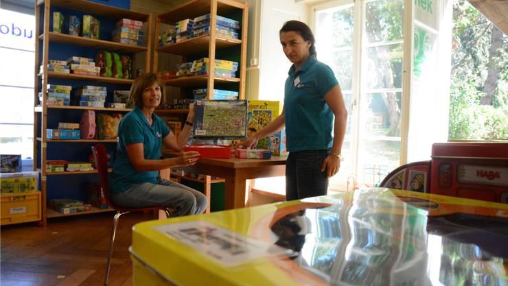 Die beiden Ludothek-Mitarbeiterinnen Lotti van der Sman und Magdalena Kwiatkowska (r.) hoffen auf neue Kolleginnen.