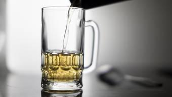 Höchstens zwei Glas Bier am Tag für Männer und höchstens eines für Frauen: Die Eidgenössische Kommission für Alkoholfragen hat ihre Empfehlungen für einen unproblematischen Alkoholkonsum nach unten korrigiert. (Themenbild)