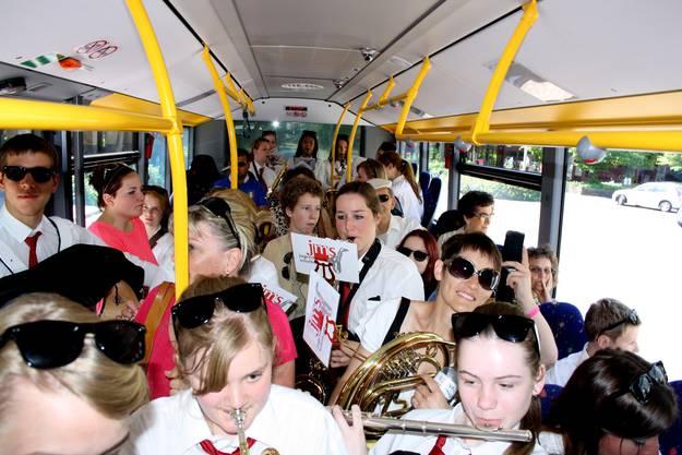 Gut gelaunt im Bus