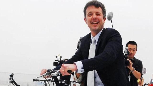 Dänemarks Kronprinz Frederik schwingt sich in Hanoi aufs Rad