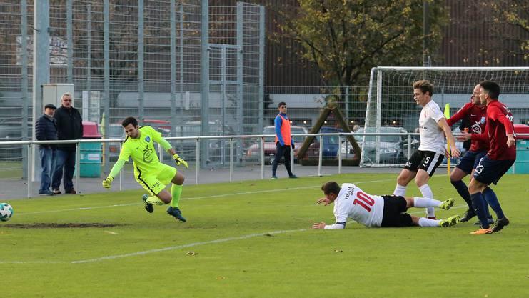 Marco Weisskopf spitzelt den Ball an Marco Schmid zum Führungstreffer vorbei.