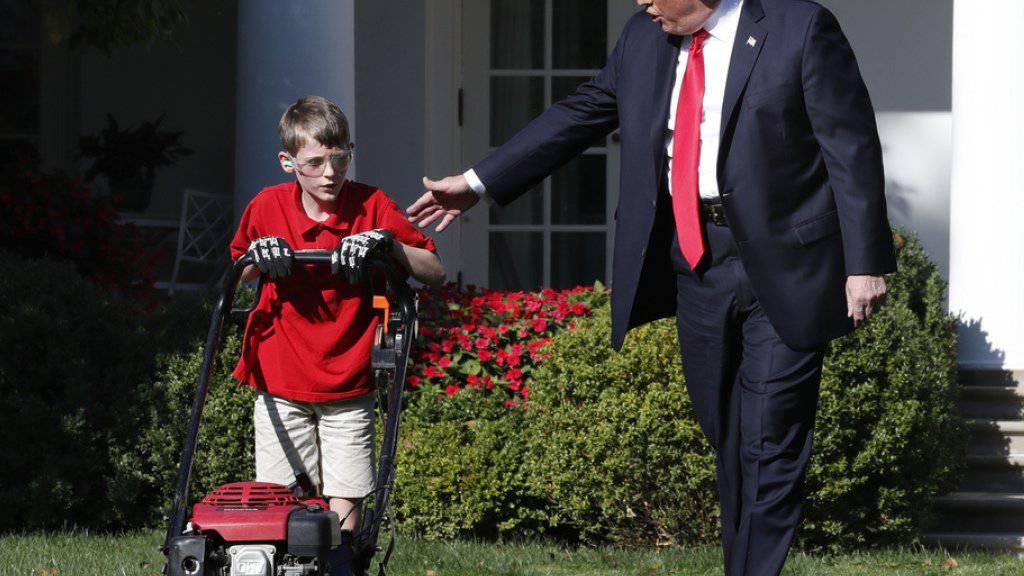 Präsident Donald Trump begleitet am Freitag den elfjährigen Frank Giaccio beim Rasenmähen beim Weissen Haus.