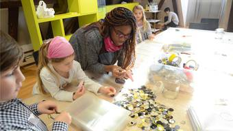 Aus Originalteilen von Designer-Uhren konnten die Kinder selber Uhren basteln.