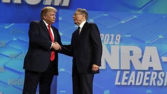 Donald Trump mit NRA-Geschäftsführer Wayne LaPierre beim Jahrestreffen des Waffenverbands.