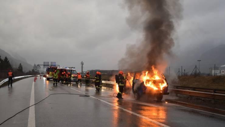 Der Kleinbus geriet wegen eines technischen Defekts in Brand. Verletzt wurde niemand.