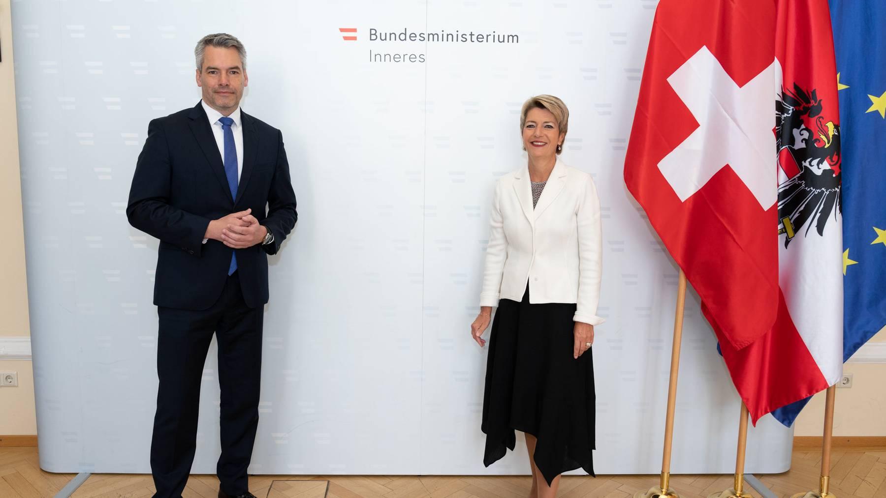 Bundesrätin Karin Keller-Sutter mit Karl Nehammer.