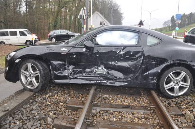 In Flumenthal kam es am Samstagnachmittag zu einem Unfall zwischen zwei Autos. Eines blieb auf den Bahngleisen stehen.