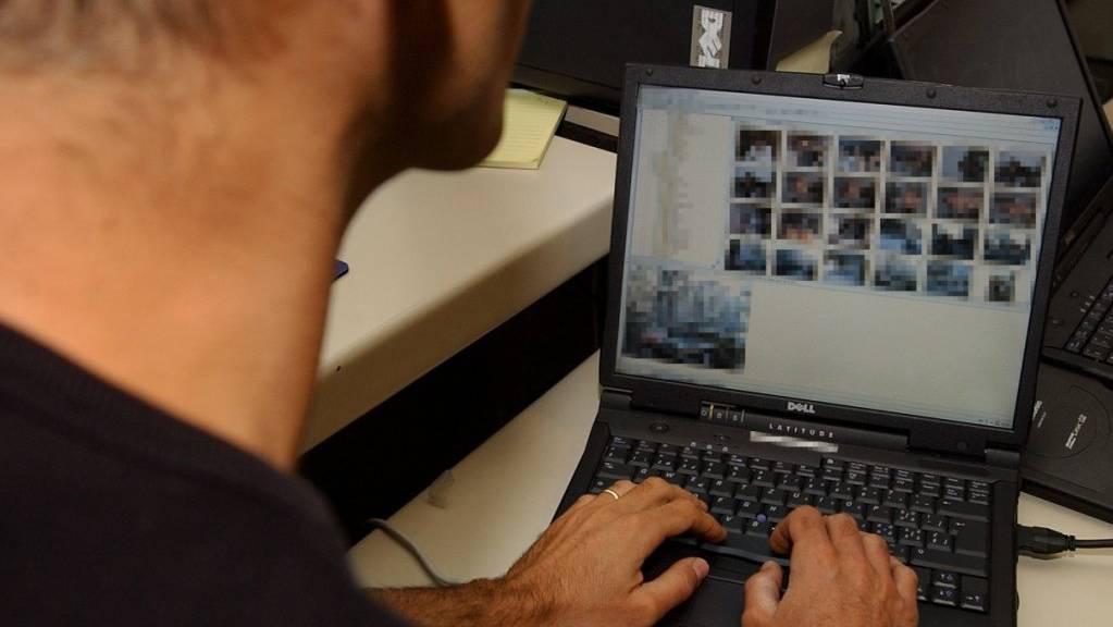 Ein ehemaliger SBB-Mitarbeiter surfte während 17 Arbeitstagen mehr als 80 Stunden auf Pornosites. Die damit begründete fristlose Kündigung ist laut dem Bundesgericht gerechtfertigt. (Symbolbild)