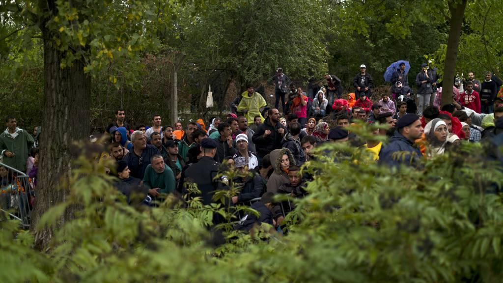 Kroatische Polizisten prügeln Migranten aus der EU