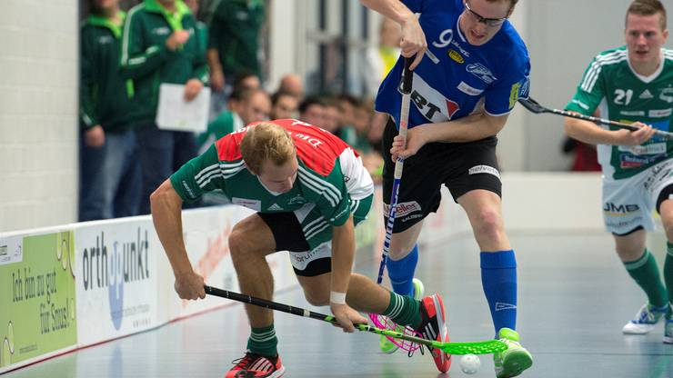 Wiler Isaac Rosen (links) im Duell mit Jets Fabian Zolliker (rechts).