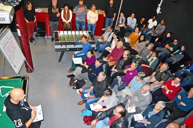 Über 50 Pensionierte, Jugendliche und Erwerbstätige kamen zum Kick-off-Treffen im Schulhaus Kappelerhof, um neue Freiwilligenprojekte im Asylzentrum zu lancieren.