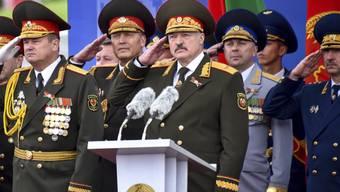 Altkommunistische Jasager-Riege um Präsident Lukaschenko (Mitte) im Juli dieses Jahres in Minsk.