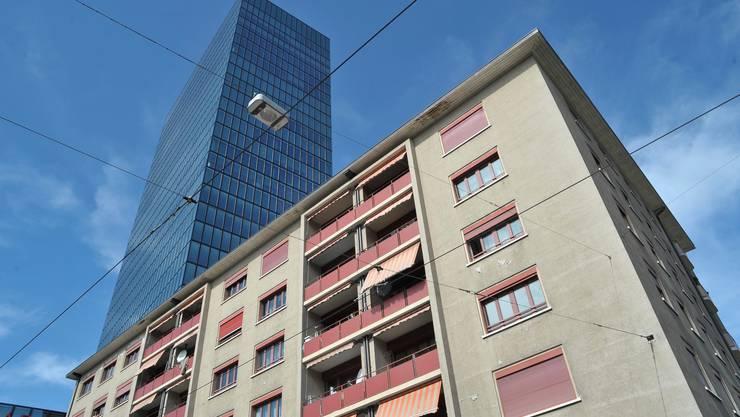 Von der Fassade der Rosentalhäuser blättert bereits die Farbe ab. Die Zürich Versicherung als Eigentümerin scheint nicht mehr allzu viel in die Bausubstanz zu investieren. Foto: Martin Töngi