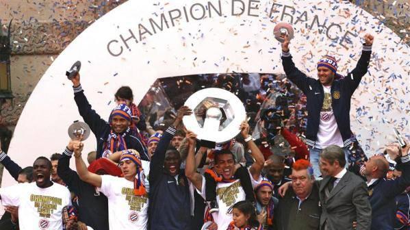 """Nachdem der Klub 2011 nur knapp dem Abstieg entgangen war, wuchs die Elf 2011/12 um Spieler wie Giroud, Belhanda und Yanga-Mbiwa weiter zusammen und spielte von Beginn an an der Tabellenspitze mit, woraus sich ein Zweikampf mit den finanzstarken """"Kataris"""" von Paris SG entwickelte. Am 29. Spieltag übernahm Montpellier die Führung und gab diese bis zum Saisonende nicht mehr ab."""