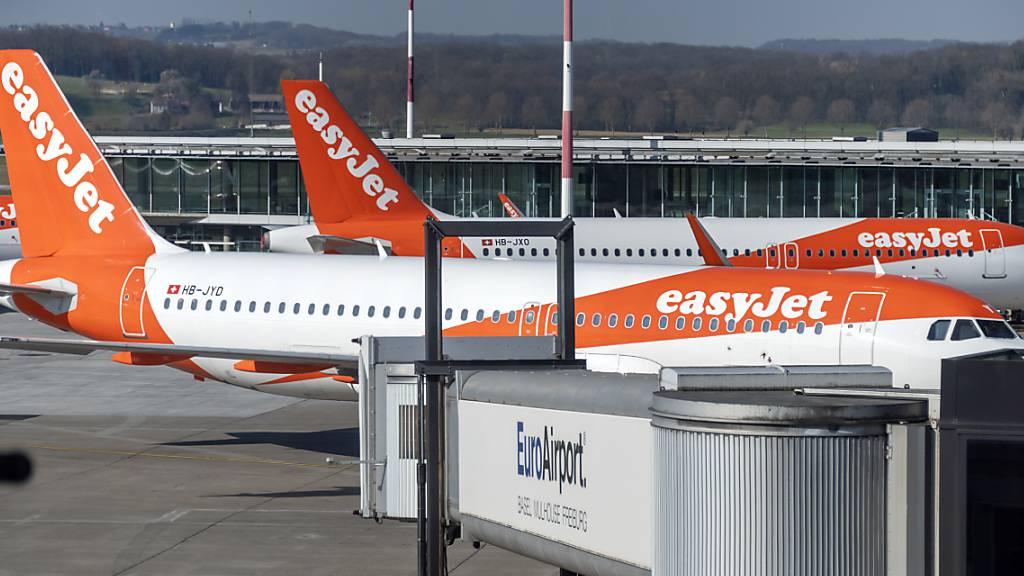 Bei Easyjet geht es nach dem Absturz in der Coronakrise etwas schneller aufwärts als zunächst gedacht - allerdings werden im laufenden Quartal immer noch weniger als die Hälfte der geplanten Flüge durchgeführt. (Archiv)