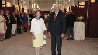 Königin Sonja von Norwegen (l) mit König Harald im ehemaligen Pferdestall ihres Palasts, der zum Geburtstag der Königin in einen Ausstellungsraum umgewandelt wurde.