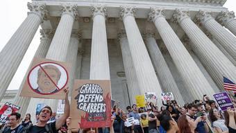 """""""Grabbers defend grabbers"""" (Grapscher verteidigen Grapscher): Demonstration vor dem obersten Gerichtshof der USA gegen die Ernennung von Brett Kavanaugh."""