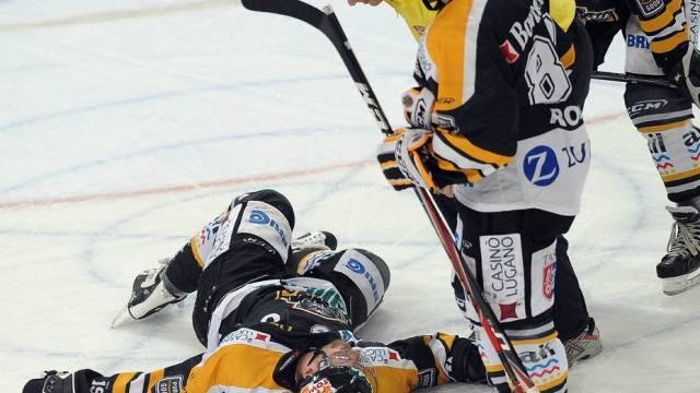 Julien Vauclair liegt verletzt am Boden