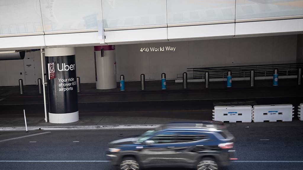 Dieses Bild könnte nach einer Betriebseinstellung von Uber in Kalifornien zum Normalzustand werden: Leere Einsteigezone von Uber am Flughafen von Los Angeles. (Archivbild)