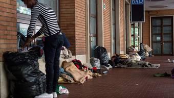 Ein improvisiertes Nachtlager von Migranten im Bahnhof von Como.