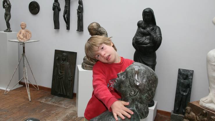 Zärtlich umarmt der zehnjährige Jan eine Bronzefigur vonWalter Huser