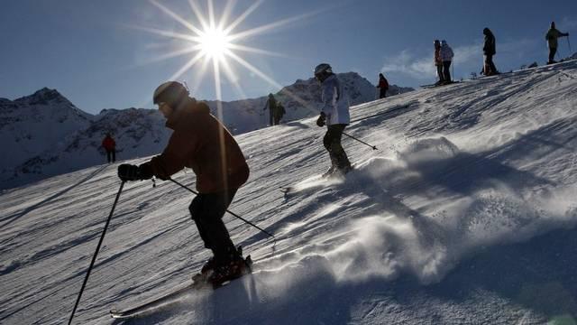 Skifahrer geniessen im Januar 2010 das prächtige Wetter auf den Pisten in Arosa (Archiv)