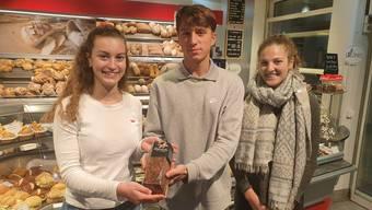Die Kantischüler ehren den Seidenfabrikanten Johann Rudolf Meyer: Vera Brantschen, David Kutschera und Jana Röösli (von links). Sie und vier weitere Schüler haben sich für das Projekt mit Bäcker Marc Jaisli zusammengetan.