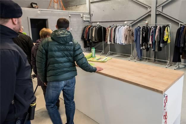 Hier können sich die Asylsuchenden mit Kleidern eindecken und diverses Material ausleihen.