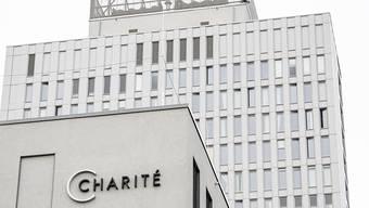 """Der Schriftzug """"Charite"""" ist am Gebäude der Zentralen Notaufnahme der Berliner Charite angebracht. Foto: Fabian Sommer/dpa"""