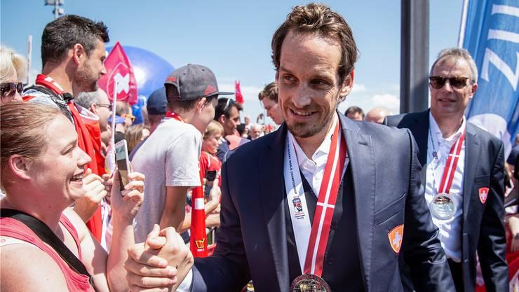 Das Bad in der jubelnden Menge: Nationaltrainer Patrick Fischer wird mit seiner WM-Silbermedaille gefeiert.