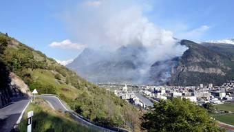 Brennender Berg in Visp: Ein Feuer in einem Karosseriewerk hat den Waldbrand ausgelöst. keystone