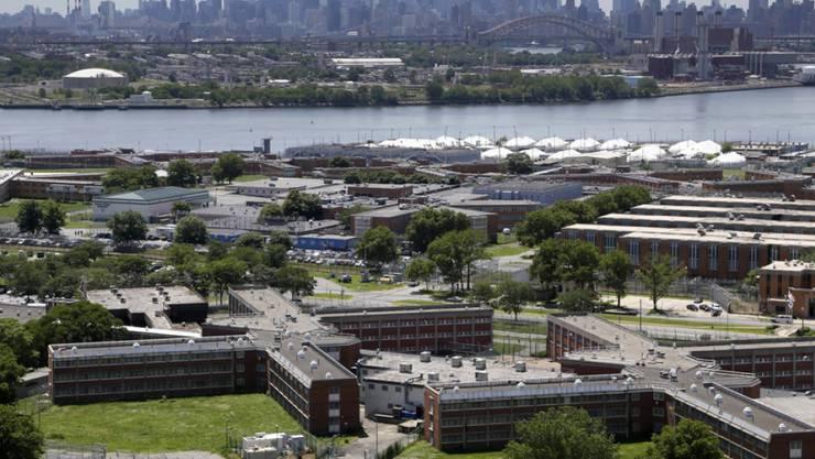 Der Gefängniskomplex auf Rikers Island mit der Skyline von Manhattan. (Archivbild)