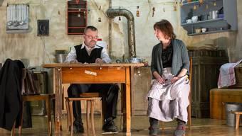 Die Theaterlüüt überzeugen mit ihrer schauspielerischen Leistung in einem Bühnenbild, das ein Meisterwerk ist.