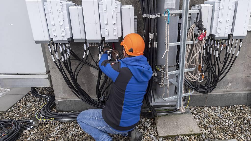 Selbst wenn auch die Antenneninstallateure gute Arbeit geleistet haben: Den Gewinnsprung um über 60 Prozent im ersten Quartal hat Swisscom hauptsächlich Sondereffekten zu verdanken. (Symbolbild)