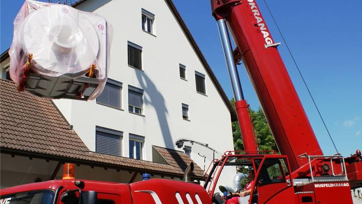 8-Tonnen-Koloss gestern am Kranhaken: Der modernste Magnet-Resonanz-Tomograf für das neue Radiologie-Zentrum Fricktal in der Rosenau kann nach erfolgreichem Abladen installiert werden. ach