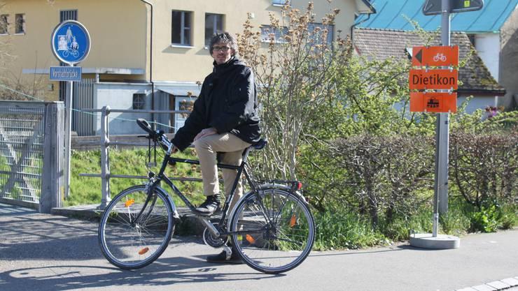 Andreas Wolf, Gemeinderat und Präsident der Dietiker Grünen, kämpft seit letztem Herbst für eine verbesserte Verkehrsführung für die Velofahrer.