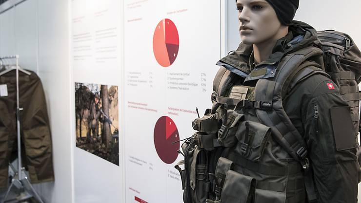 Eine Puppe mit der neuen Bekleidung für Soldaten, die am Dienstag in Thun präsentiert wurde. In der Sicherheitspolitischen Kommission des Ständerates hat der Kredit für Schutzwesten Fragen aufgeworfen.