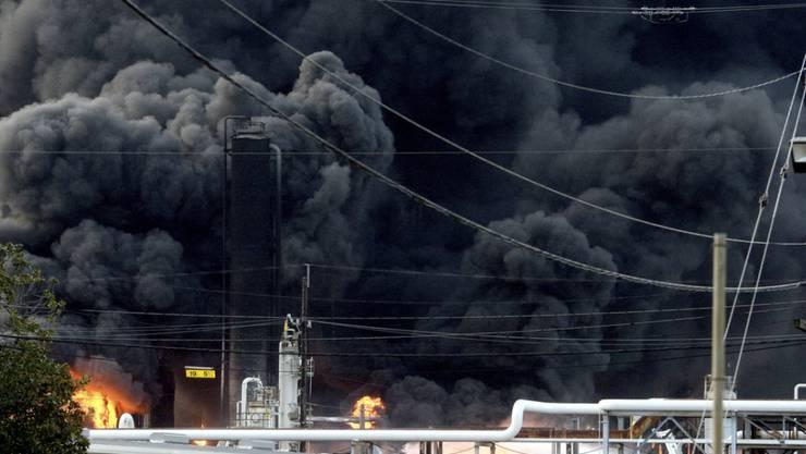 Zwei schwere Explosionen haben eine Chemiefabrik im US-Staat Texas erschüttert. (Foto: Kim Brent/The Beaumont Enterprise via AP)