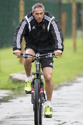 Auch der neue FCB-Trainer Paulo Sousa fuhr mit dem Velo zum Training.