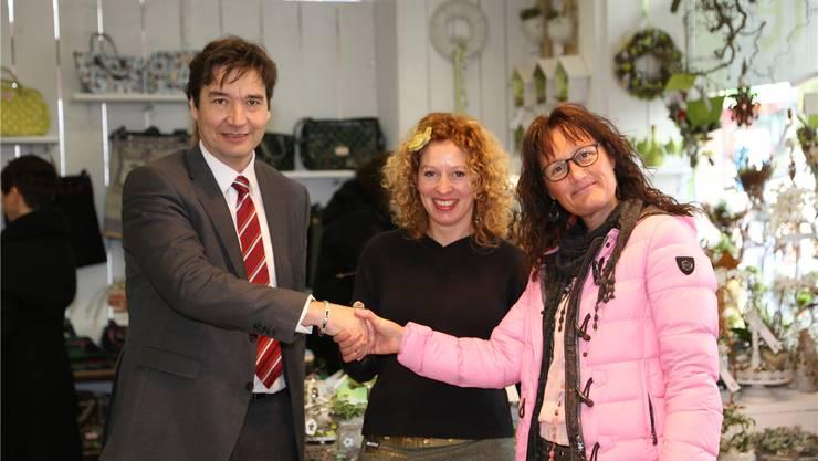 Stadtpräsident François Scheidegger wünscht den Boutiquebetreiberinnen Josi Gehrig und Karin Meier viel Erfolg.